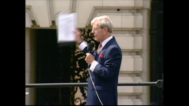 vidéos et rushes de buckingham palace celebrations; england: london: buckingham palace: bob holness onto stage; holness speaking to crowd; various c/aways crowd; harry... - harry secombe