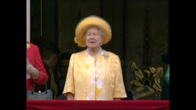vidéos et rushes de buckingham palace celebrations; england: london: buckingham palace: royals on balcony as band play 'rule brittania'; guards band playing q mother and... - harry secombe
