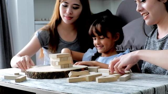 vidéos et rushes de journée dans la vie d'une famille: cute enfants asiatiques jouant avec des blocs. format de hd. - hd format