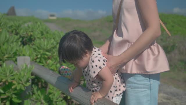 家族の生活の中で日 - 女の赤ちゃん点の映像素材/bロール