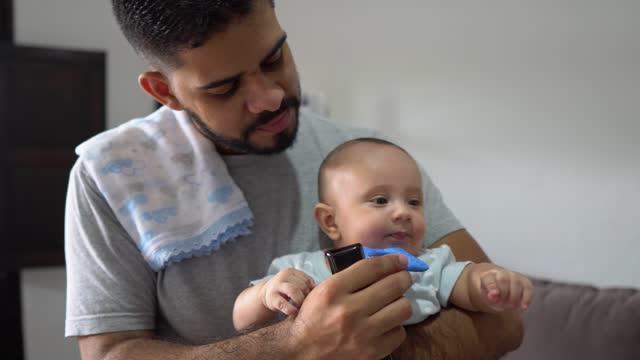 vidéos et rushes de jour dans la vie d'un père - son
