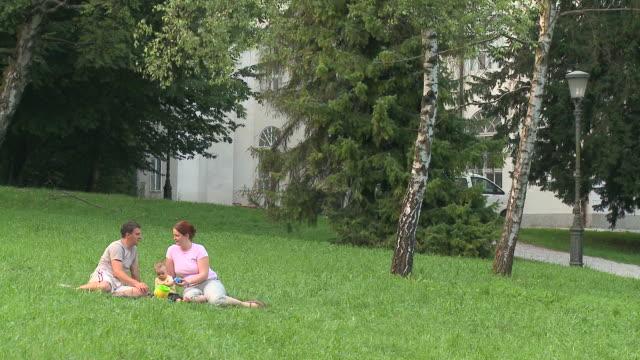 dolly hd: ein tag im park - auf dem boden sitzen stock-videos und b-roll-filmmaterial