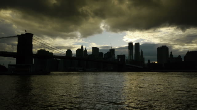 tl day new york silhouette with dramatic sky. - spoonfilm stock-videos und b-roll-filmmaterial