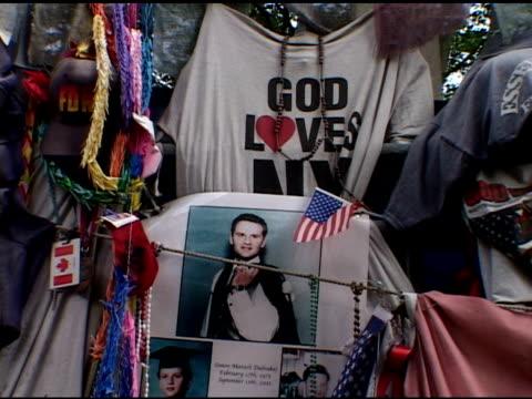 vidéos et rushes de day of closing ceremony at ground zero, may 30, 2002- vs impromptu street memorials near ground zero, including candles, american flags, photos of... - cérémonie