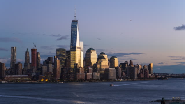 vídeos de stock, filmes e b-roll de day to dusk time lapse of one world trade center and downtown manhattan viewed across the hudson river, new york, manhattan, united states of america - torre da liberdade nova iorque