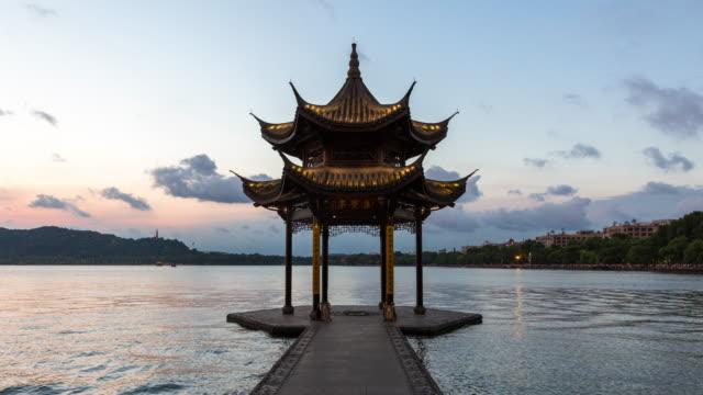 vídeos de stock e filmes b-roll de day to night 4k time-lapse:illuminated pavilion on the west lake,hangzhou,china - belveder