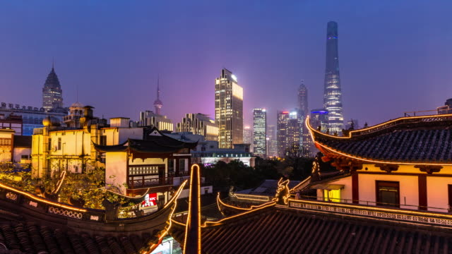 vídeos de stock e filmes b-roll de day to night 4k time-lapse:night view of old and new buildings,shanghai - contraste