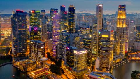 vidéos et rushes de jour nuit aerial view dronelapse ou hyperlapse de ville de bâtiment de singapour pour le quartier central des affaires financières - singapour