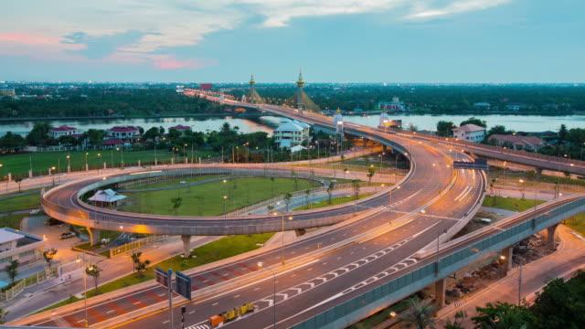 昼から夜へと夕暮れの chaopraya 川橋 - ノンタブリー県点の映像素材/bロール