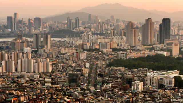 vídeos de stock, filmes e b-roll de day to night cityscape near han river / gwangjin-gu and samseong-dong district, seoul, south korea - pico da montanha
