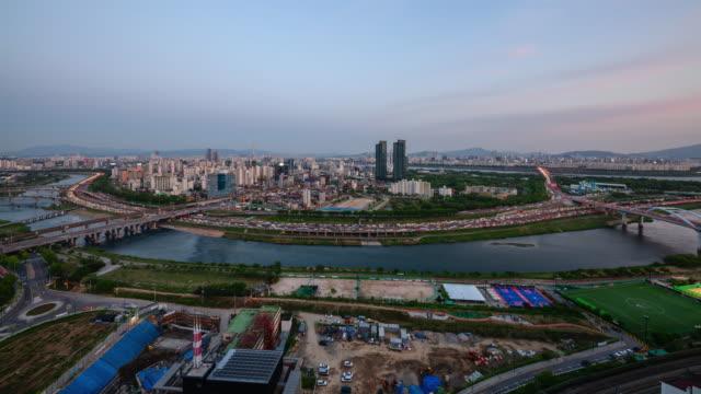 vídeos y material grabado en eventos de stock de day to night cityscape of jungnangcheon stream and nearby area / seongdong-gu, seoul, south korea - terrenos a construir