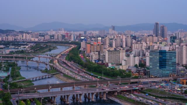 vídeos y material grabado en eventos de stock de day to night cityscape of jungnangcheon stream and traffic / seongdong-gu, seoul, south korea - terrenos a construir