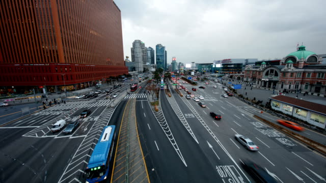 day to night cityscape of seoul square (symbolic office building) near seoul station (major railway) and road - major road stock-videos und b-roll-filmmaterial