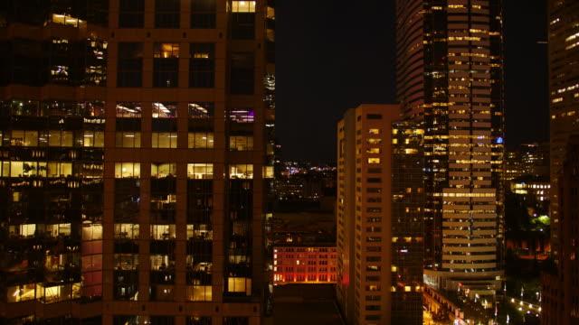vídeos de stock, filmes e b-roll de day to night cityscape time lapse of buildings, seattle washington - câmara parada