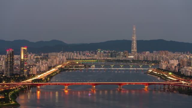vídeos y material grabado en eventos de stock de day to night cityscape with lotte world tower, seongsudaegyo bridge and cheongdamdaegyo bridge on han river / seongdong-gu, seoul, south korea - señal de nombre de calle