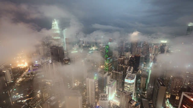 tl/zo/pd day to night hyper lapse of kuala lumpur skyline and financial district and petronas towers, during tropical storm, with mist - kuala lumpur stock videos & royalty-free footage