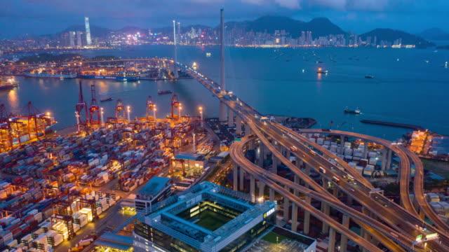 tag-zu-nacht hyper lapse von kwai tsing container terminals bei dämmerung - frachtschiff stock-videos und b-roll-filmmaterial