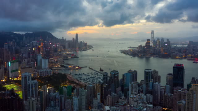 day to night hyperlapse of hong kong urban skyline - esposizione lunga video stock e b–roll