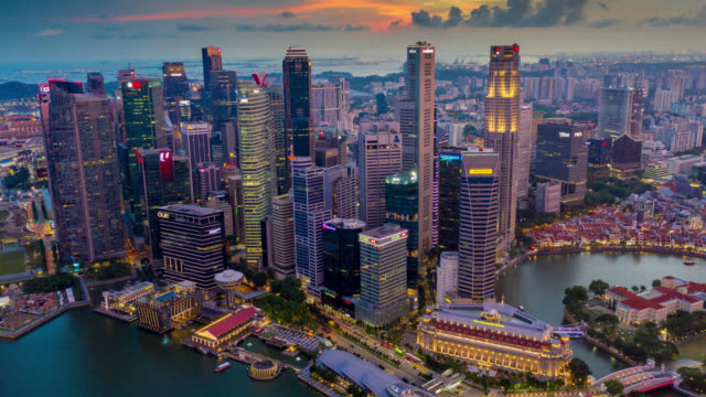Dag tot nacht Hyperlapse of Dronelapse scene van Singapore business district Downtown bij zonsondergang
