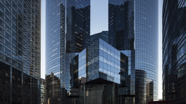 vídeos de stock e filmes b-roll de day to night hyperlapse / time lapse along office buildings in business / financial district paris la defense - arranha céu