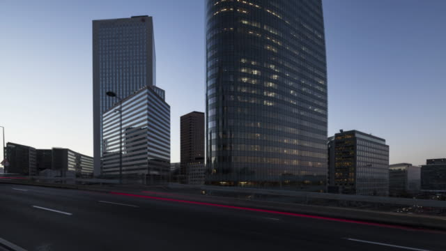 vídeos y material grabado en eventos de stock de day to night hyperlapse / time lapse along office buildings in business / financial district paris la defense - progreso conceptos