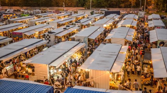 vídeos de stock e filmes b-roll de do dia para a noite: noite mercado no recipiente na tailândia - mercado noturno