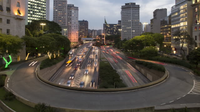 vídeos de stock, filmes e b-roll de tl, ws, ha day to night of traffic in central sao paulo on a curved flyover / sao paulo, brazil - time lapse de trânsito