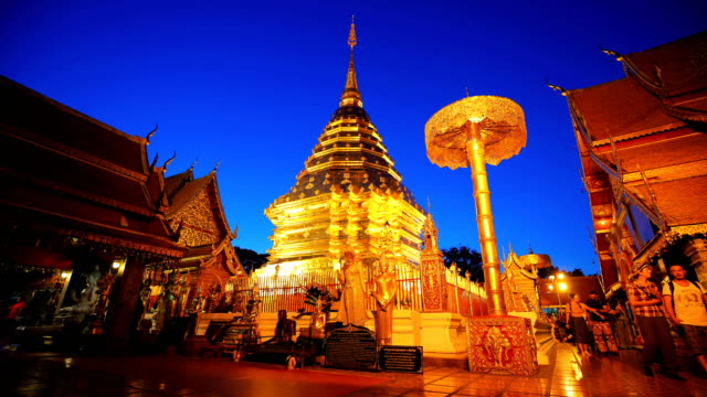 stockvideo's en b-roll-footage met dag naar night of wat phra dat doi suthep time-lapse - video stock - pagode
