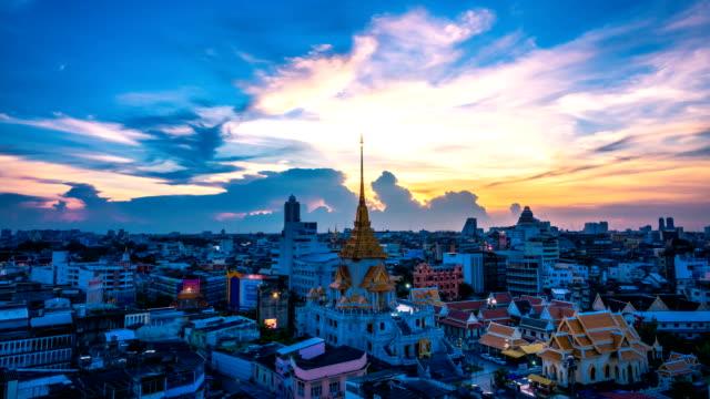 Jour et la nuit du Wat Traimit Witthayaram Worawihan temple attrayant pour le tourisme à Bangkok, en Thaïlande.