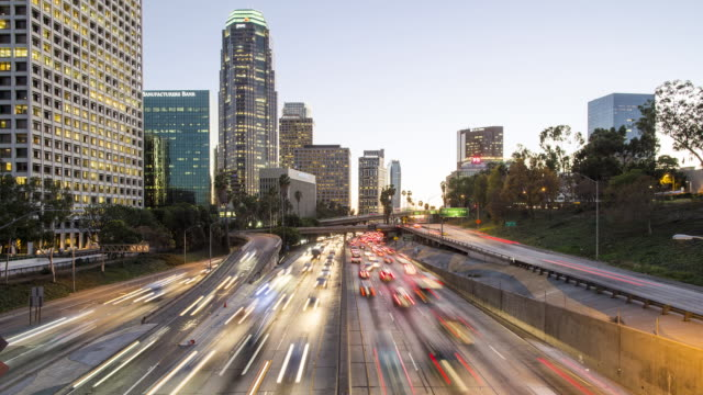 t/l, ws, ha day to night rush hour traffic in downtown los angeles - esposizione lunga video stock e b–roll