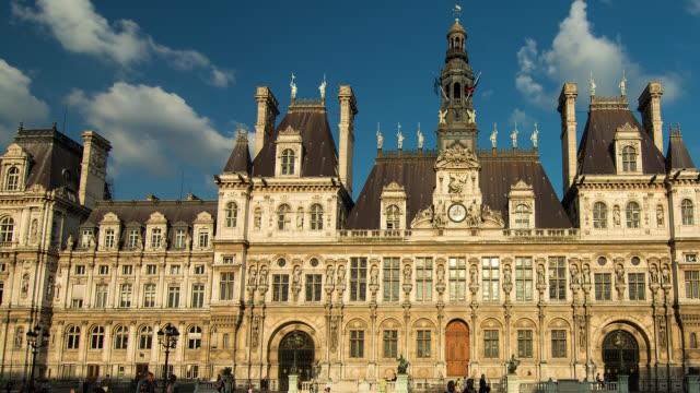 vídeos de stock, filmes e b-roll de t/l pan ws day to night shot of hotel de ville in paris, france - aix en provence