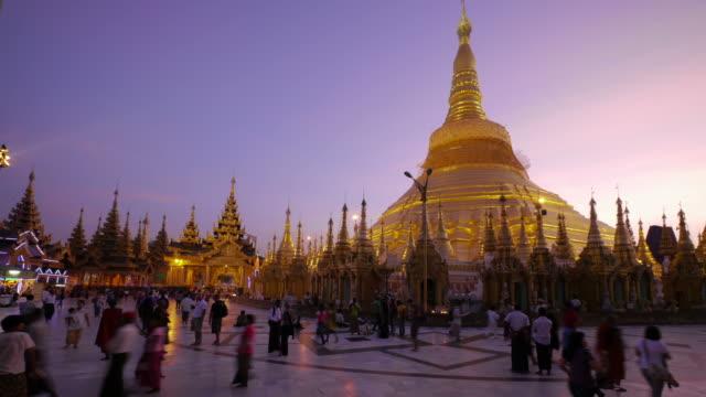 w/s tl day to night shwedagon pagoda in yangon, myanmar - spoonfilm stock-videos und b-roll-filmmaterial