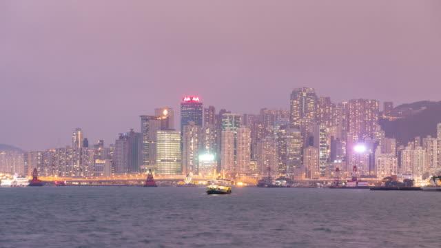 stockvideo's en b-roll-footage met 4 k tl dag naar nacht: wolkenkrabber en boot in hong kong stad. - hong kong