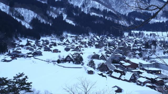 冬の白川郷村夜時間の経過する日 - 山小屋点の映像素材/bロール