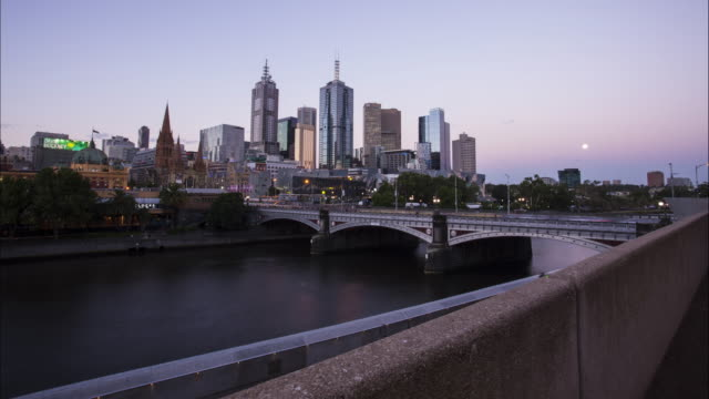 vídeos de stock e filmes b-roll de day to night time lapse at southbank, melbourne. - david ewing