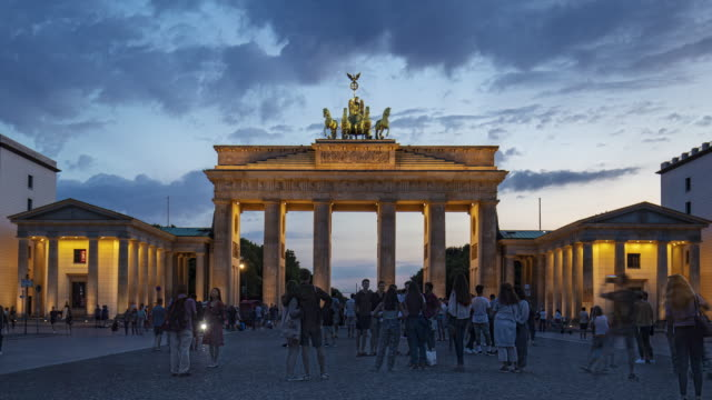 stockvideo's en b-roll-footage met dag-tot-nacht timelapse in brandenburger tor, berlijn, duitsland - nationaal monument beroemde plaats