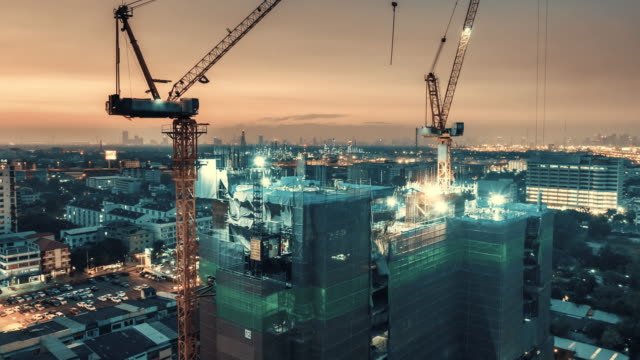 vídeos de stock e filmes b-roll de day to night time lapse of construction site - obra