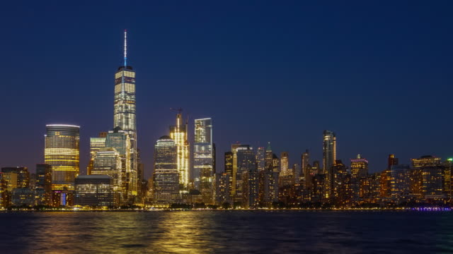 day to night time lapse of downtown manhattan in new york city - new york stato video stock e b–roll