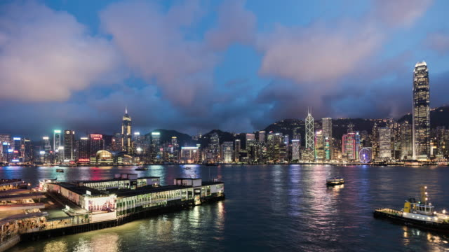 stockvideo's en b-roll-footage met day to night time lapse of hong kong skyline and financial district - hongkong eiland