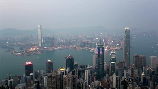 vidéos et rushes de day to night time lapse of hong kong skyline - victoria peak