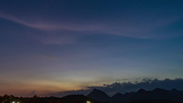 tag zur nacht zeitraffer milchstraße und silhouette berge mit klaren himmel - zeitraffer tag bis nacht stock-videos und b-roll-filmmaterial