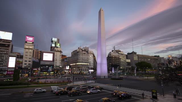 tag-nacht-zeitraffer des obelisk an der avenue von 9 de julio, buenos aires, argentinien - obelisk von buenos aires stock-videos und b-roll-filmmaterial