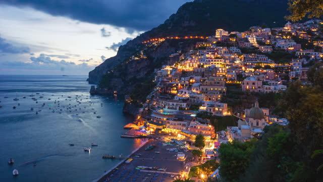 la decadenze giorno-notte di positano, costiera amalfitana, italia - barca da diporto video stock e b–roll