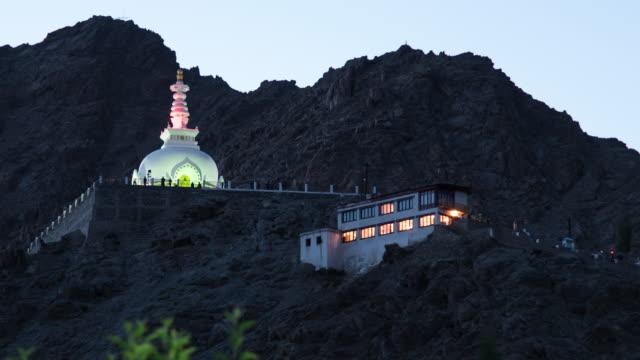 Day To Night Time-Lapse: Shanti Stupa dans le Village de Leh, Ladakh, Inde