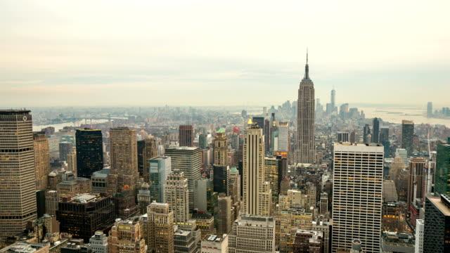 昼から夜への時間の経過。 ニューヨーク市の街並みをご覧ください。