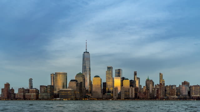 day to night timelapse: new york city lower manhattan mit hudson river von new jersey side - one world trade center stock-videos und b-roll-filmmaterial