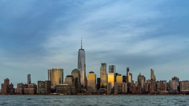 day to night timelapse: new york city lower manhattan mit hudson river von new jersey side - one world trade center stock-videos und b-roll-filmmaterial