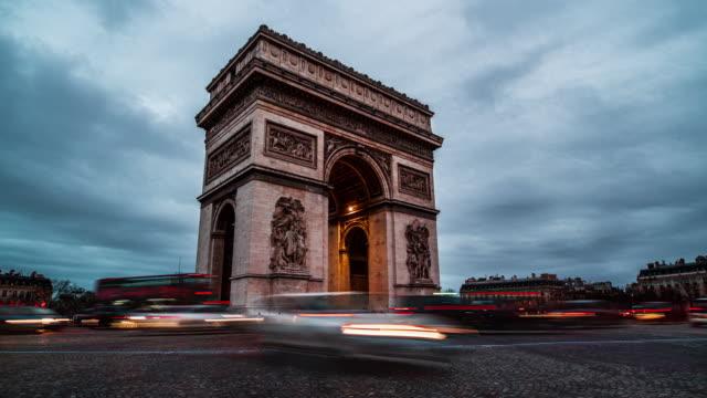 vídeos de stock e filmes b-roll de day to night timelapse of arc de triomphe - arco do triunfo paris