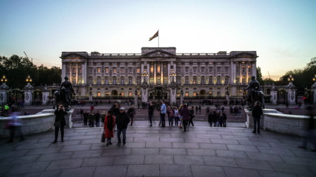 vídeos de stock, filmes e b-roll de a day to night time-lapse of buckingham palace - palácio de buckingham