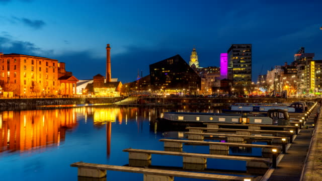 vídeos de stock e filmes b-roll de day to night timelapse of dock liverpool waterfront at night, uk - liverpool inglaterra